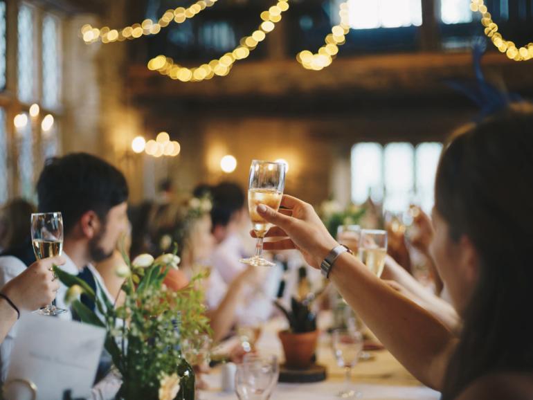 Airbnb aborda las fiestas pandémicas de fin de año con restricciones de reserva