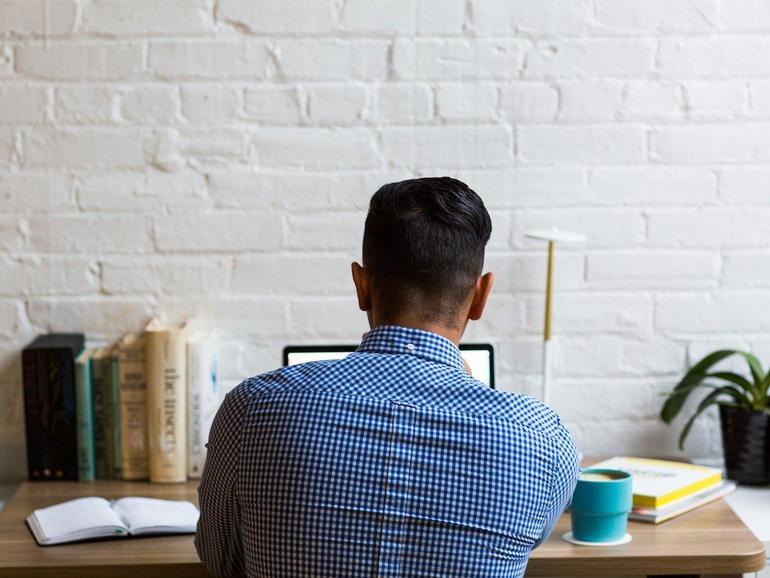 Un director ejecutivo declaró que trabajar desde casa era el futuro.  La resistencia fue agresiva