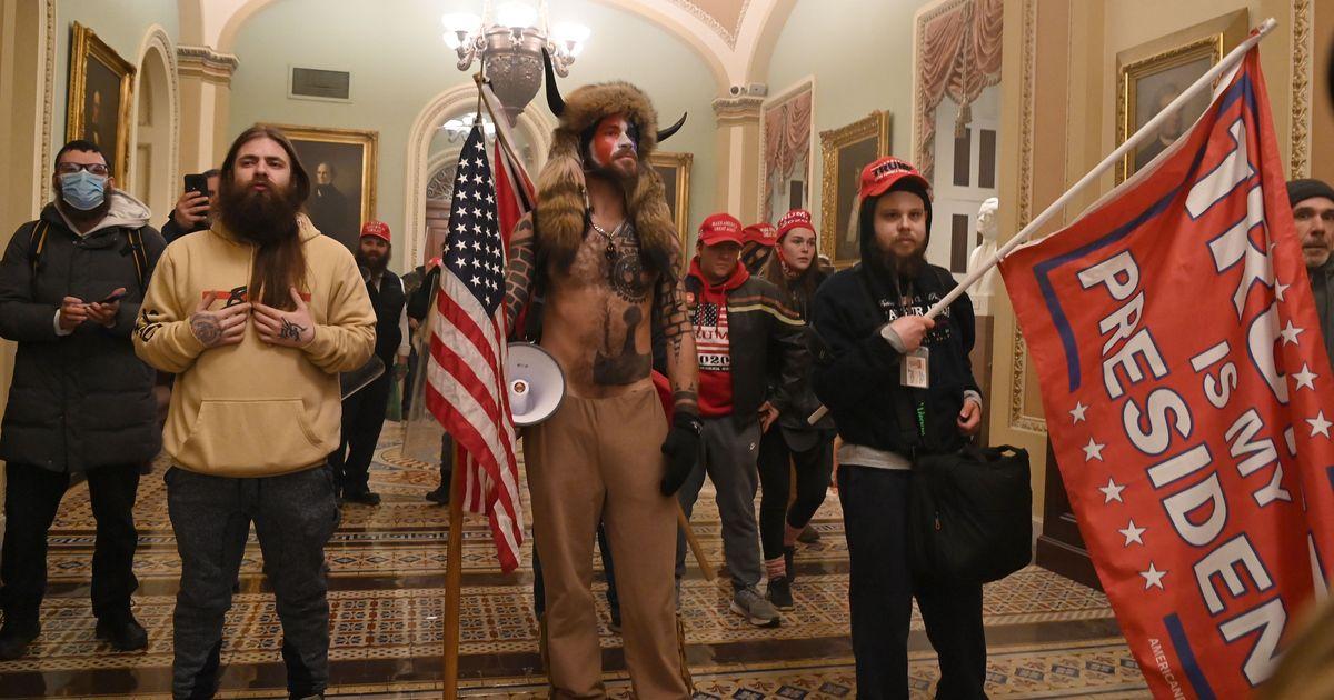 Detectives de Internet identificaron erróneamente a algunos de los partidarios de Trump que irrumpieron en el Capitolio