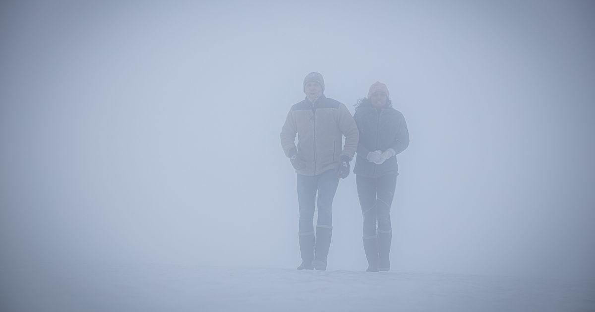 El espeluznante tráiler de 'Red Dot' de Netflix tiene a una pareja huyendo de un cazador por la nieve