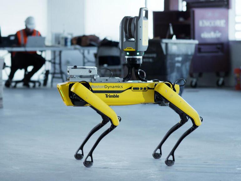 El perro robot es entrenado para seguir al líder
